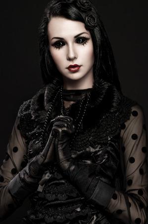 ojos negros: Portrait of girl-alien with black eyes in dark clothes Foto de archivo
