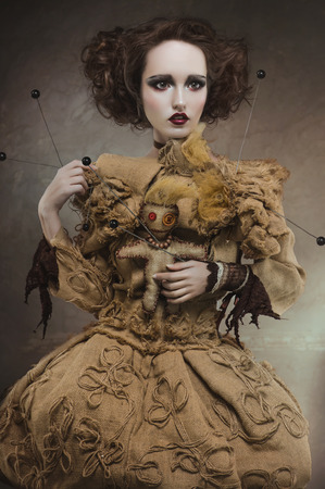 Retrato de una mujer bruja encantadora, bella y glamorosa