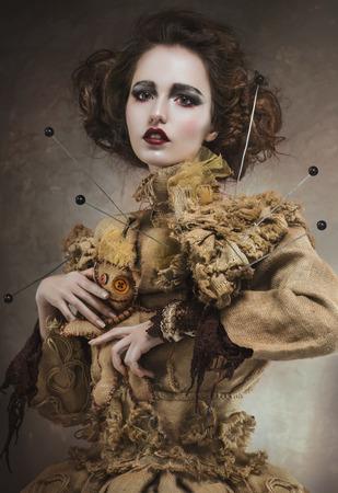 bruja: Retrato de una mujer bruja encantadora, bella y glamorosa