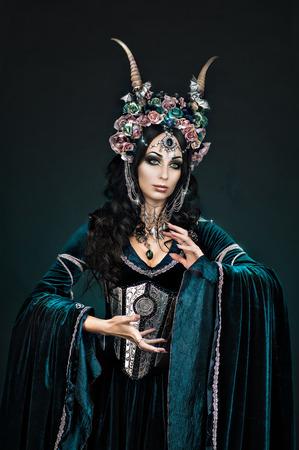medieval dress: Fantas�a elfa hermosa en la corona de flores y vestido medieval Foto de archivo