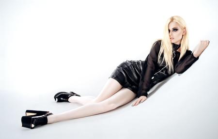 femme noire nue: Femme avec de longs cheveux blonds en robe noire