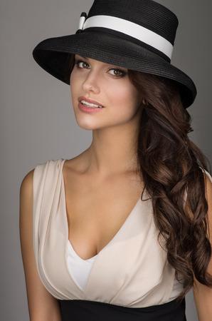 Modèle de mode élégante dans le chapeau Banque d'images - 50988565