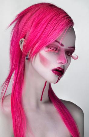 pestaÑas postizas: Mujer con el pelo rosado y pestañas postizas
