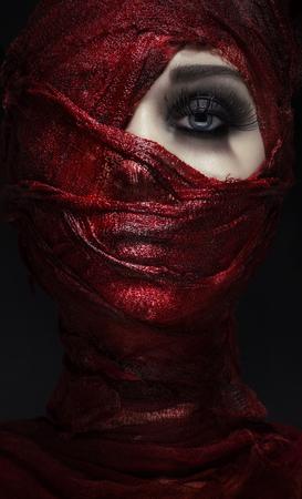 血まみれの包帯と結ばれる女性