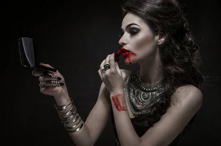Portrait einer blass gotischen Vampir-Frau Standard-Bild