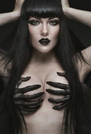 demonio: mujer morena pálida bastante gótica Foto de archivo