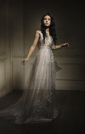 Piękny duch dziewczyna w białej sukni