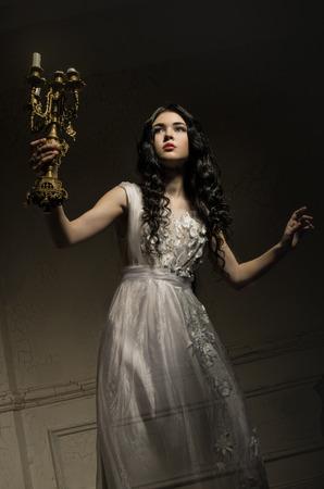 白いドレスで美しい幽霊少女
