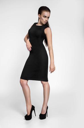 traje de gala: Modelo de moda en el vestido negro