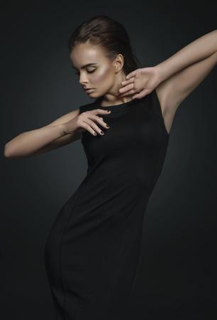 modelos negras: Modelo de moda en el vestido negro