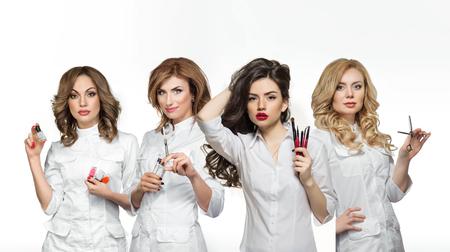 Schoonheidssalon werknemers met professionele gereedschappen