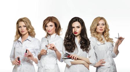 los trabajadores del salón de belleza con herramientas profesionales