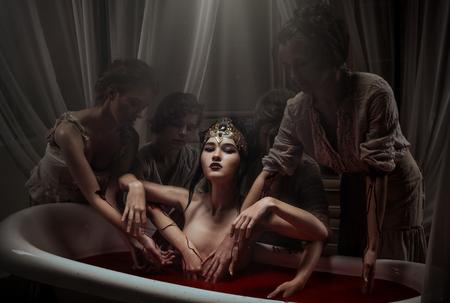 女性の血の風呂に入って