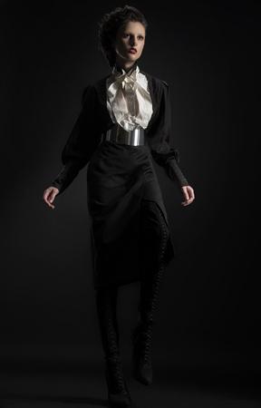 discreto: Moda foto de una mujer en un traje negro estricta
