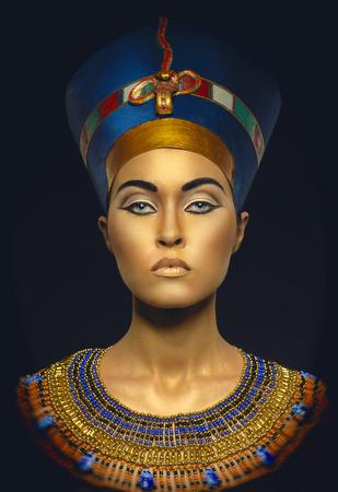 Vrouw met gouden huid in Egyptische stijl