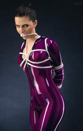 Sexy Frau in Latex-Outfit und Seil Standard-Bild