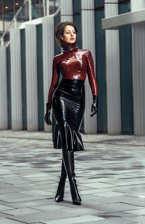 ラテックス衣装の女性
