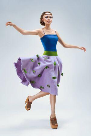 Moda Shor di giovane donna alla moda