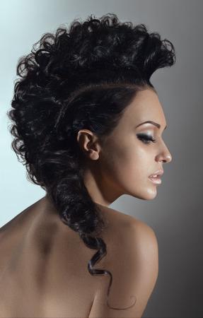 perfil de mujer rostro: Retrato de la belleza de la mujer joven con el peinado Foto de archivo
