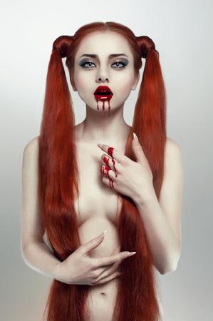 niña comiendo: Bella pelirroja mujer sangrado