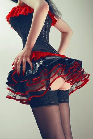 reggicalze: corsetto rosso e nero e gonna soffici Archivio Fotografico