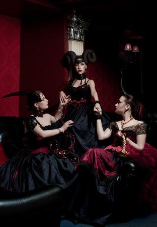 Tre ragazze gotiche con le corna