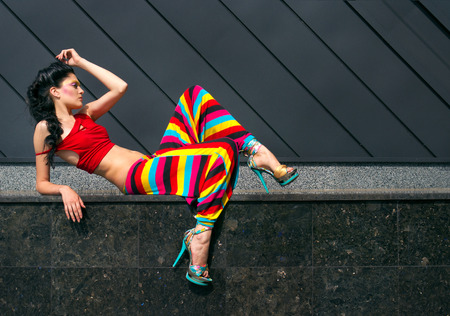 Divatmodell színes ruhában