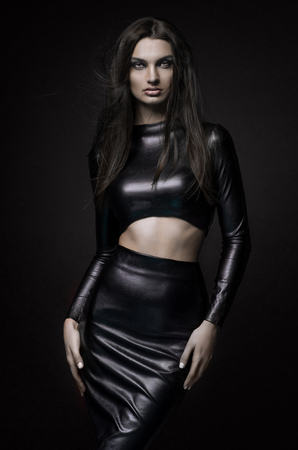 黒のラテックスに美しいゴス愛人邪悪な女の子のドレスします。