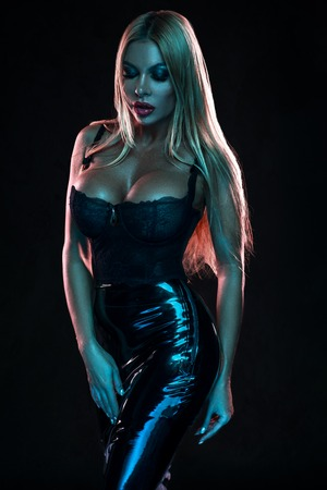 Femme en jupe en latex noir et lingerie Banque d'images - 91938150