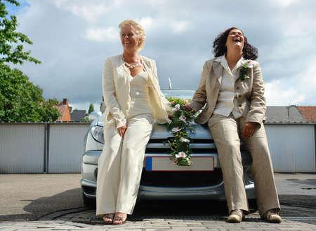 Coppie lesbiche matura dopo che presentano ufficiale matrimonio omosessuale cerimonia. Questo tipo di matrimonio è pienamente legale in Belgio.