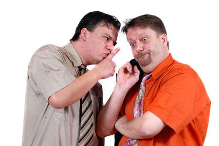 2 つの男性共謀と驚きと困惑した表情で、白で隔離されたうわさ。ビジネスおよび一般的な人間関係の概念ゴシップと好奇心。