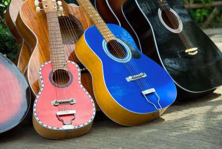 カラフルなセブ手作りと手動で細工した塗装のギターの - に配置されます屋外セブ市 (フィリピン) ダウンタウン通りの販売 - 様々 なサイズのシリーズ。