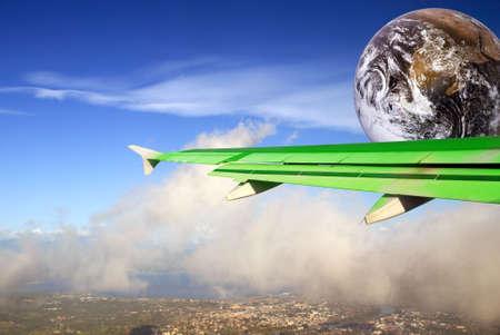 Kula ziemska w samolocie Zielone Skrzydło pływających pod nad tropikalnych cloudscape. Metafora lub koncepcji oszczędzania energii i bardziej efektywne latające w branży lotnictwa do oszczędzania energii i zmniejszenia CO2 wyjściowe w celu zwalczania globalnego ocieplenia.  Zdjęcie Seryjne