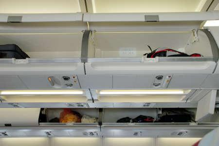 Abteile: Zeilen der offenen Hand Gep�ckf�cher �ber ein kommerzielles Flugzeug.