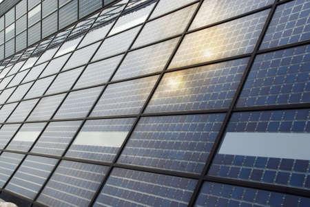 太陽電池パネル太陽フレア、ガラス基板上での低太陽をキャッチするために垂直に近い指向と高い北の緯度で太陽の小さい発電所。
