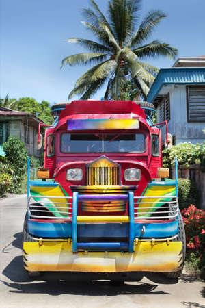 正面から見ると、フィリピンのカラフルな農村ジープニー (公共交通機関、バス) ミンダナオ島の小さな町で駐車しました。