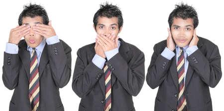 discreto: Fila de 3 imágenes de un joven empresario asiático en traje representando el dicho ver, hablar, no escuchar ningún mal. Aislado en blanco.