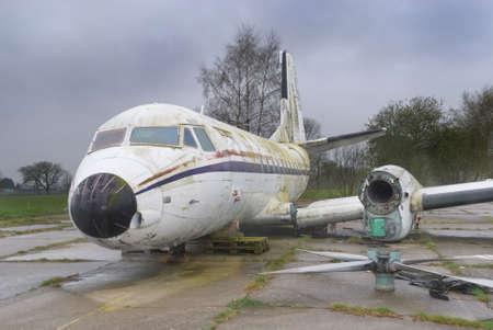 in disrepair: Disattivato ma intatto annata distrutto aereo con le ali staccate e motori elica posa su una striscia di solitaria. Archivio Fotografico