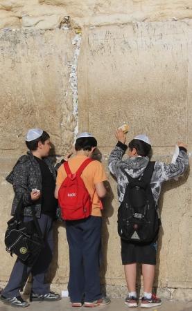 정체 불명 된 젊은 유태인 학생들은 통곡의 벽 통곡의 벽에서기도