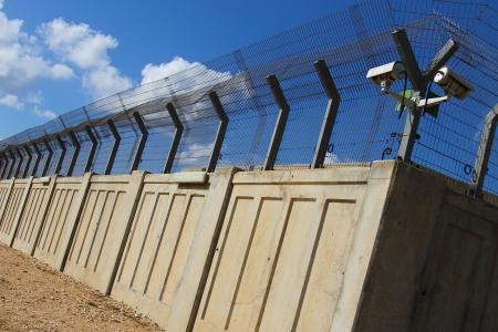 푸른 하늘 배경에 콘크리트 울타리 보안 산업 영역 에디토리얼