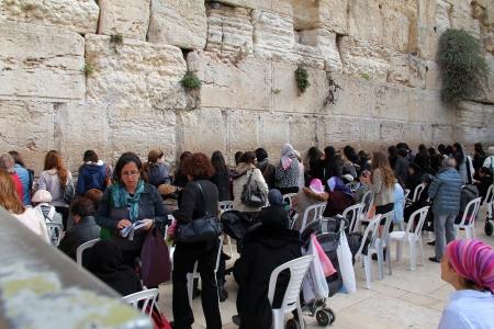lamentation: Ebree le donne fedeli pregano al Muro del Pianto un importante sito religioso ebraico a Gerusalemme, Israele