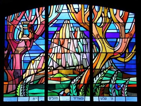 킹 조지 거리에있는 예루살렘의 대회 당 내부의 스테인드 글라스 창