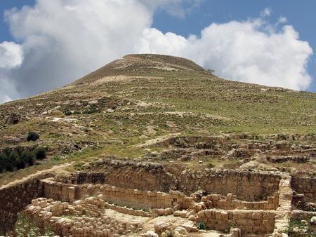 Herodium o Herodion es una forma de cono truncado colina Foto de archivo - 18264142