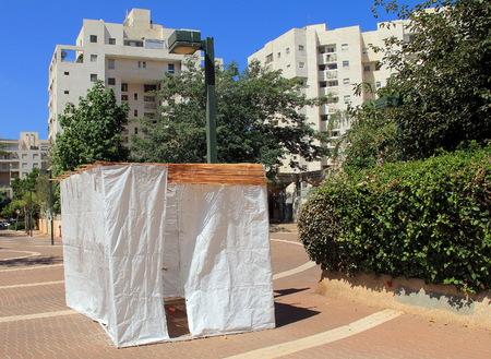 sukkot: Un sukkah � una capanna provvisoria costruita per l'utilizzo durante la settimana di festa ebraica di Sukkot. E 'condita con rami e spesso ben decorata con autunnale, raccolto o giudaica temi.