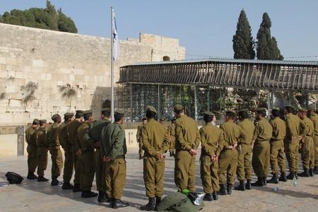 Israeli   soldiers at the holiest Jewish site - Western Wailing wall Redakční