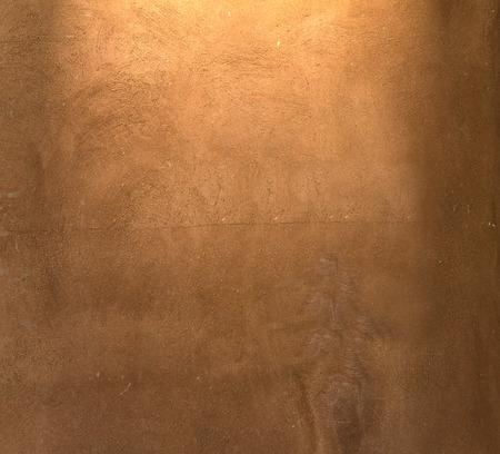 ブラウン塗装漆喰パターン背景にスポット ライト、デザインやテキストのための場所