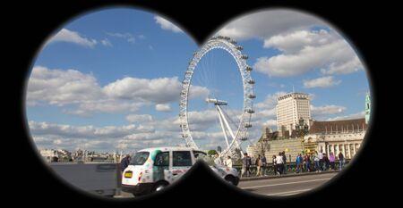 mago merlin: vigilancia encubierta de los sospechosos con binoculares en el puente de Westminster y la popular atracci�n tur�stica El Merlin Entertainments London Eye en el fondo Editorial