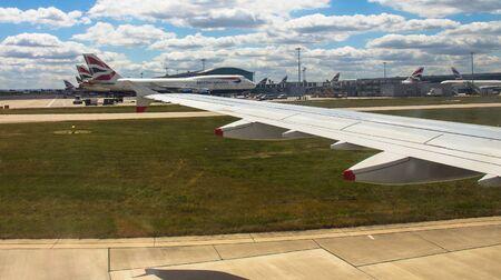 747 400: Rullaggio aereo Airbus A-320 dopo l'atterraggio in aeroporto di Heathrow vicino British Airways jet aereo passeggeri Boeing 747-400 su sfondo cielo poco nuvoloso
