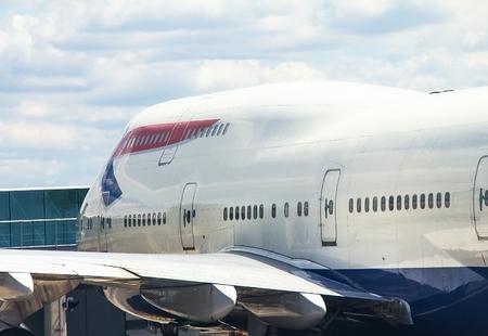 747 400: Aereo passeggeri aereo Boeing 747-400 su sfondo cielo poco nuvoloso Editoriali