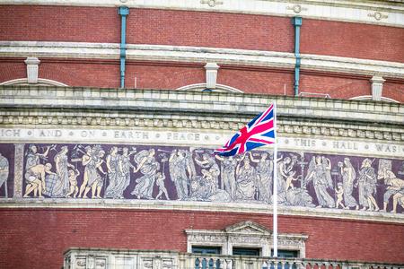"""friso: bandera británica en gran friso de mosaico, que representa """"El triunfo de las Artes y las Ciencias"""" en la pared en el Royal Albert Hall de fondo a finales de la luz del día por la tarde. Londres, Inglaterra, Reino Unido,"""